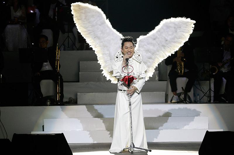 Tùng Dương đeo cánh thiên thần hát bolero trong đêm Giáng sinh