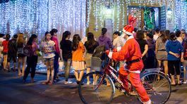 Người Sài Gòn đổ xô đến nhà Đàm Vĩnh Hưng chơi đêm Noel