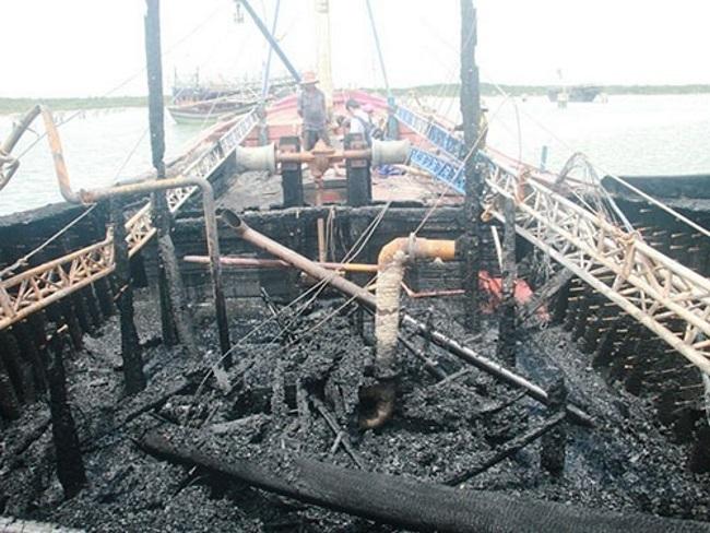 40 ngư dân bất lực nhìn tàu cá cháy rụi trong đêm