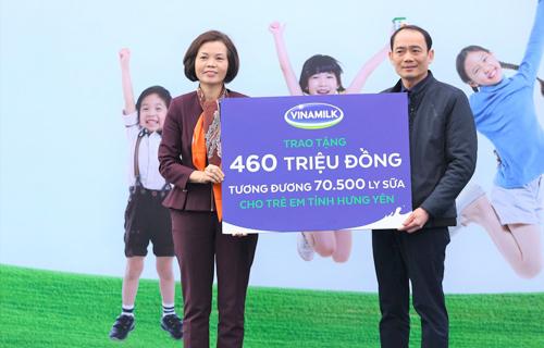Vinamilk tặng 70.500 ly sữa cho trẻ em nghèo Hưng Yên