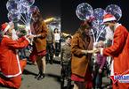 Màn cầu hôn lãng mạn của 'ông già Noel' trên phố Hà Nội