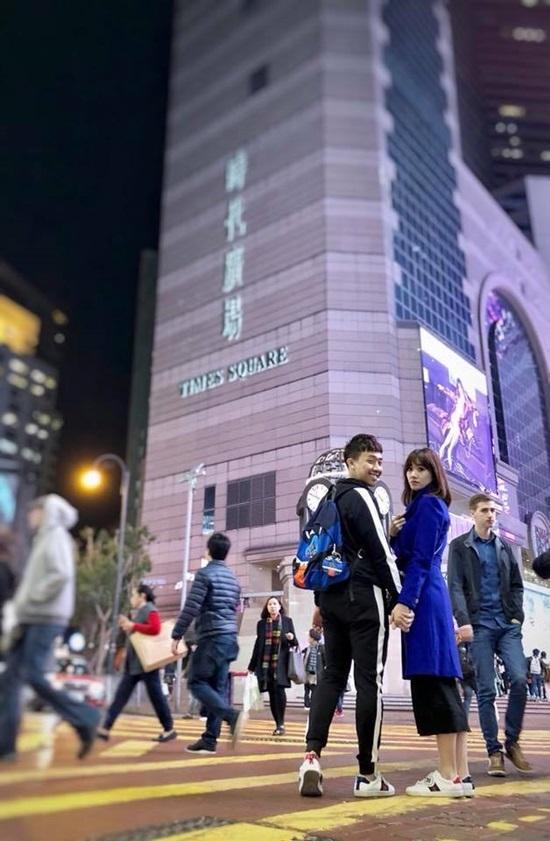 Trấn Thành hôn Hari Won giữa đường phố đông đúc