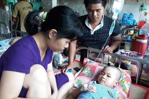 Người cha khóc lặng khi con bệnh hiểm nghèo