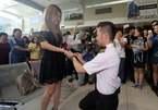 Màn cầu hôn khiến bạn gái suýt 'vỡ tim' giữa sân bay