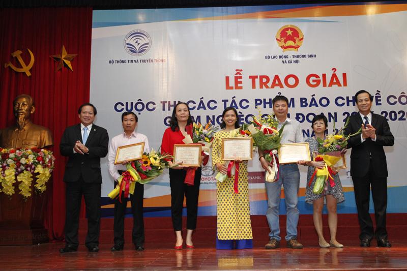 Lễ trao giải cuộc thi báo chí viết về công tác giảm nghèo lần thứ nhất năm 2017