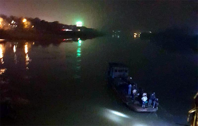 Lùi ô tô xuống sông trong đêm, 2 cán bộ y tế Yên Bái tử vong