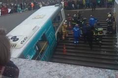 Khoảnh khắc buýt 'tử thần' Nga tông thẳng vào đám đông