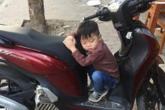 Phì cười với cậu bé mải giữ của mà ngủ quên trên xe mẹ lúc nào không hay