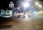 Hai xe máy đi song song vượt đèn đỏ gây tai nạn liên hoàn