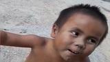 Xót xa cậu bé bị liệt 2 chân không mảnh vải che thân