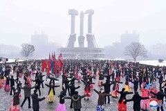 Dân Triều Tiên khiêu vũ mừng sinh nhật bà của Kim Jong Un