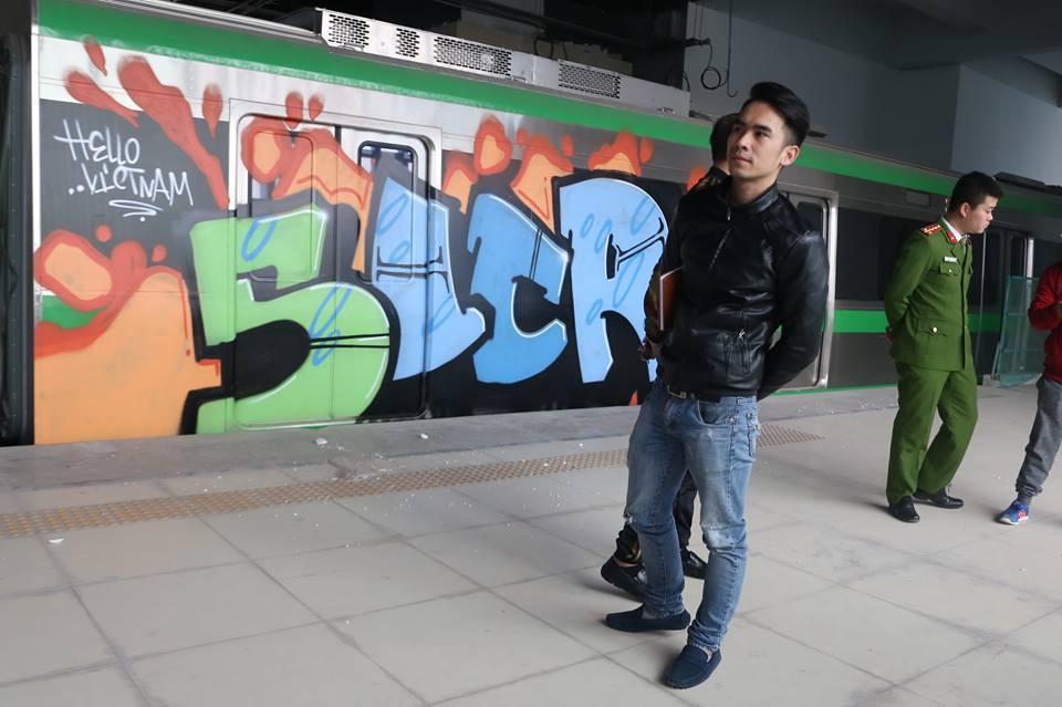 Tàu đường sắt trên cao Cát Linh - Hà Đông bị vẽ sơn chi chít