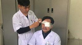 Bác sĩ bị đánh gãy sống mũi, chấn thương mắt