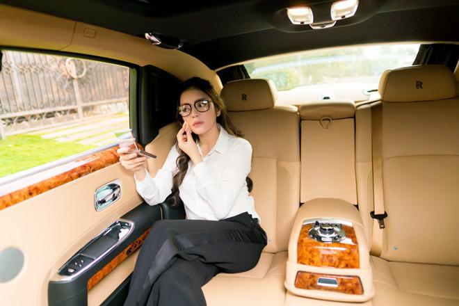 Lý Nhã Kỳ làm việc, nghỉ ngơi bên trong siêu xe 40 tỷ đồng