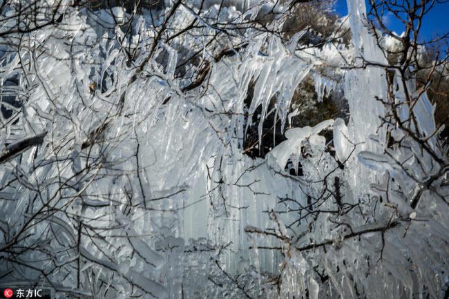 Ngắm thác băng nhân tạo đẹp mê hồn ở Trung Quốc