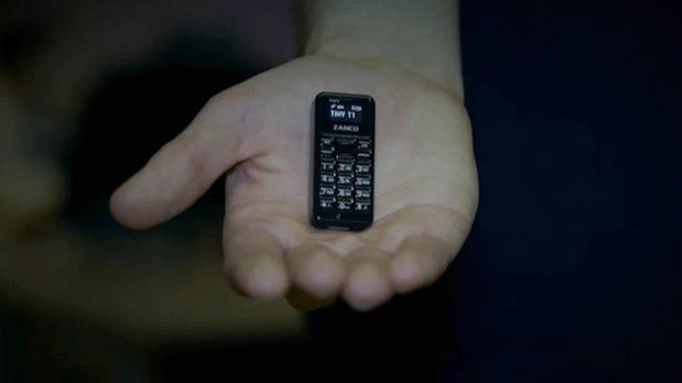 Cận cảnh chiếc điện thoại nhỏ nhất thế giới