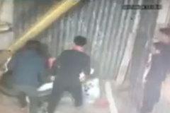 Mẹ bất cẩn để xe máy đang nổ, con vặn tay ga hai mẹ con lao thẳng vào nhà hàng xóm