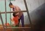 Phẫn nộ cảnh bé trai 2 tuổi bị hành hạ giữa giá lạnh