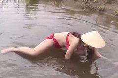 """Cô gái Việt mặc bikini bắt cá khiến dân mạng """"phát sốt"""""""