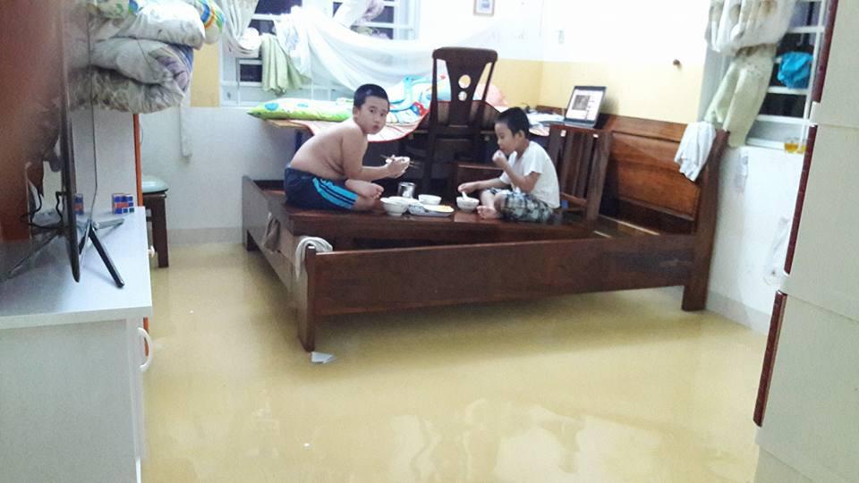 Mưa tầm tã kèm xả lũ, Nha Trang chìm trong biển nước