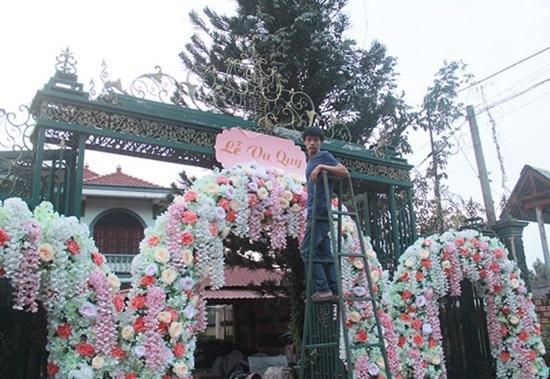 Lâm Khánh Chi diện áo dài, trang sức đắt tiền trong lễ ăn hỏi