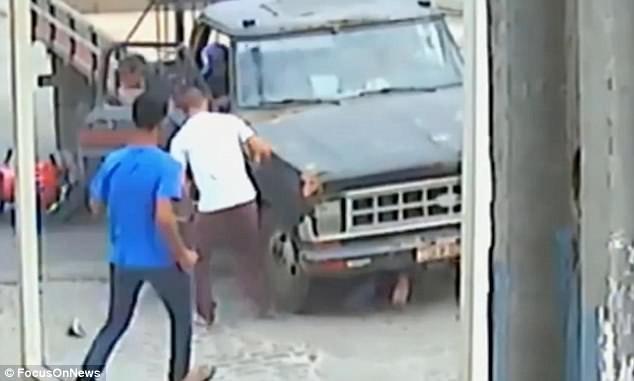 Người đàn ông thoát chết ngoạn mục dưới gầm xe tải