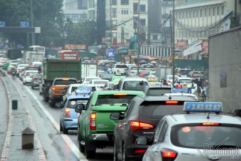 Vật vã chôn chân hít khói ô tô trong mưa rét Hà Nội