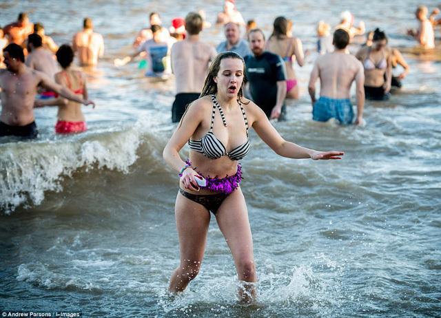 Nhiệt độ xuống âm 8 độ C, hàng nghìn người vẫn lao xuống... tắm biển