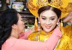 Cận cảnh của hồi môn vàng đeo trĩu cổ của Lâm Khánh Chi