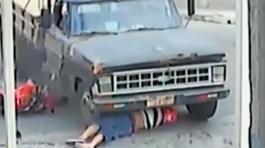 Thoát chết kỳ diệu dù bị ngã vào gầm xe tải