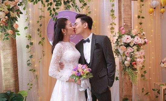 Chúng Huyền Thanh khóa môi ông xã cực ngọt trong tiệc cưới