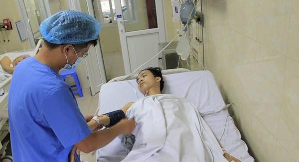 Nam sinh viên nghèo liệt nửa người vì bị vi khuẩn tấn công