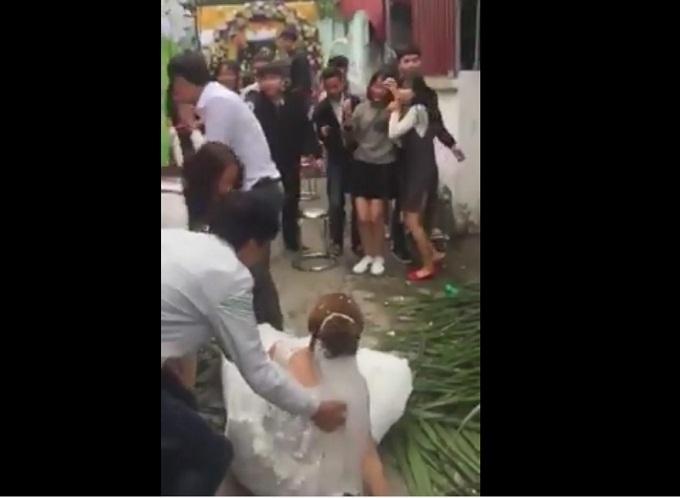Chàng trai 'ham hố' bắt hoa cưới đến mức xô ngã cả cô dâu