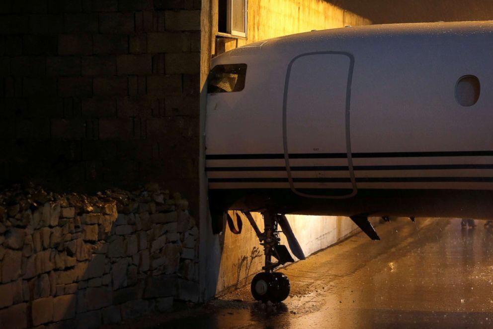 Máy bay bị gió đẩy lao thẳng vào tòa nhà