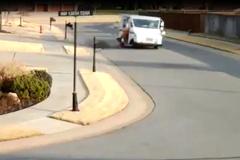 Ô tô mất lái đâm cột đèn, tài xế văng ra ngoài