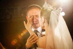 Bố gạt nước mắt đưa con gái về nhà chồng