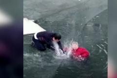Tay không phá băng mặt sông cứu bà lão