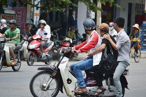 Chở người bệnh, xe máy có được phép 'tăng ba'?