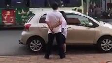 Bị nhắc nhở đỗ xe chắn cửa hàng, người đàn ông đứng ngoáy mông trước cửa hàng