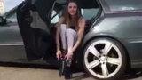 Cô gái đi trên đôi giày 'quái dị' khiến ai cũng ngạc nhiên