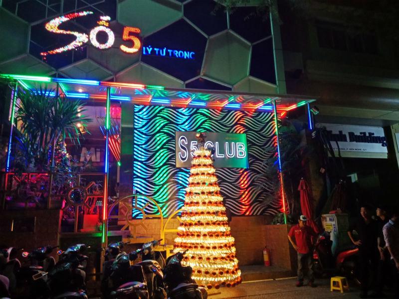 Hơn 100 cảnh sát đột kích 2 quán bar ăn chơi bậc nhất Sài Gòn