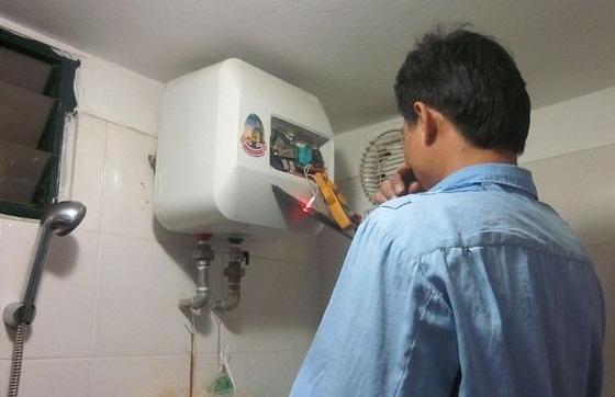 Video: Giật mình xem cảnh kiểm tra bình nóng lạnh bị rò rỉ điện