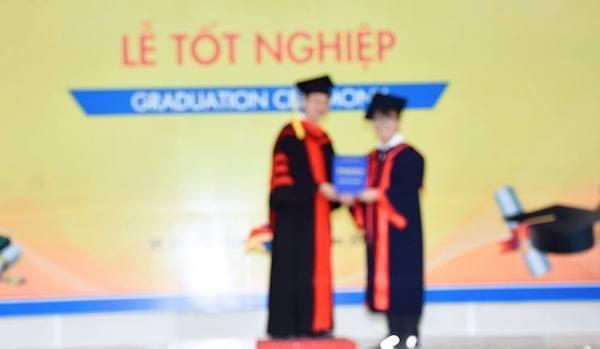 """Cười ra nước mắt với tấm hình tốt nghiệp """"để đời"""" nhưng không thấy gì"""