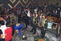 Đột kích quán bar, tạm giữ gần 200 người