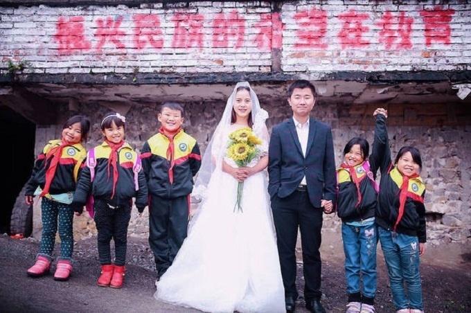 Cô giáo trường làng mời học sinh cùng chụp ảnh cưới đẹp ngây ngất
