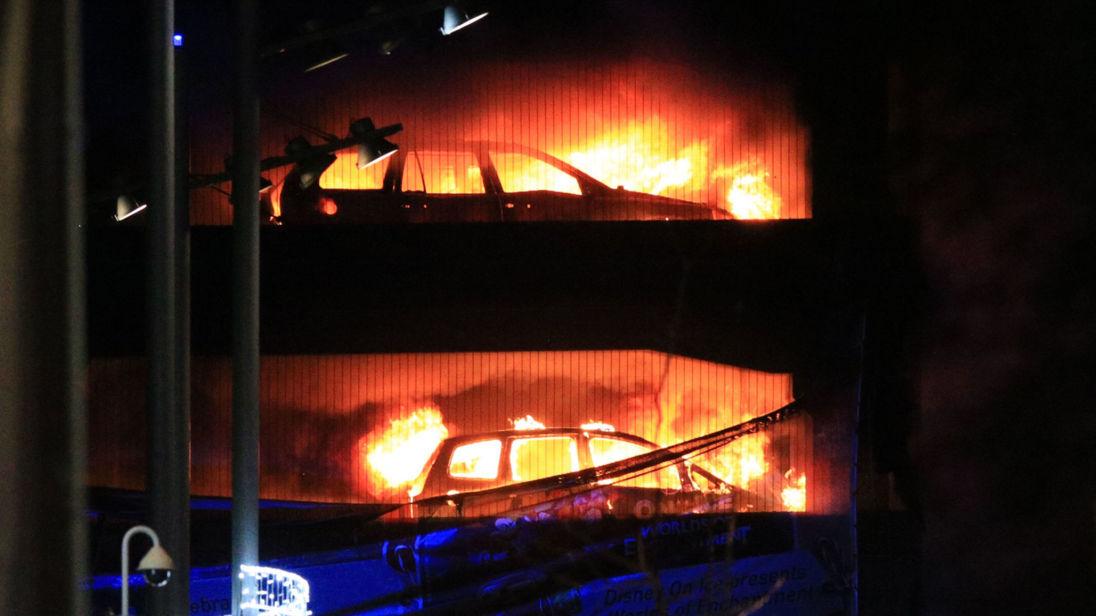 Hàng trăm xe hơi bị thiêu rụi trong chốc lát