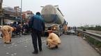 Hà Nội: Bị xe bồn cuốn vào gầm, 2 người tử vong