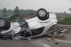 Xe Fortuner lật ngửa trên cao tốc Nội Bài - Lào Cai, 2 người gãy tay