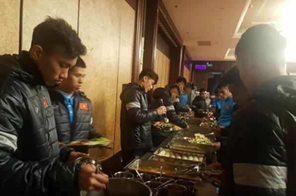 U23 Việt Nam mặc kín mít, đổ bộ Thượng Hải