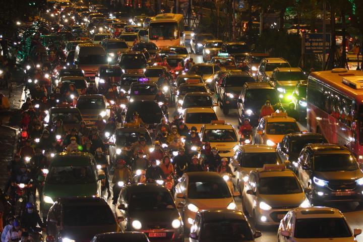 Gia tăng ùn tắc, cảnh báo ô nhiễm: Hà Nội lên kế hoạch hành động